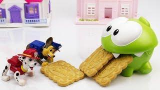 Ам Ням и Щенячий Патруль едят печенье. Мультфильмы для детей