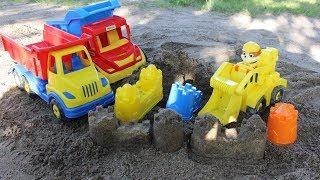 Машинки строят крепость из песка - мультфильмы про машинки для детей