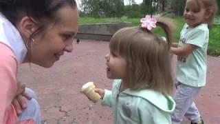 В Парке Всей Семьёй/ Как Сделать Свистульку из Акации/ Кушаем Мороженое/ Саша Потеряла Самокат/